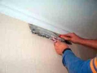Как обрезать обои под потолочный плинтус