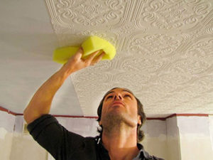 Прижимать плитку к потолку для схватывания клея приходится очень недолго