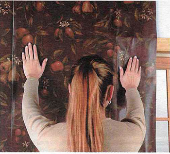 Как наклеить обои вокруг окон и дверей | Способы оклеивания