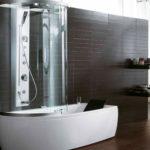 Душевая кабина в ванной комнате с высоким поддоном